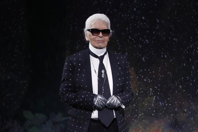 Karl Lagerfeld tên thật làKarl Otto Lagerfeldt, sinh năm 1933 tại thành phố Hamburg (Đức). Ông luôn nổi bật khi xuất hiện với đôi kính râm và mái tóc màu bạch kim.