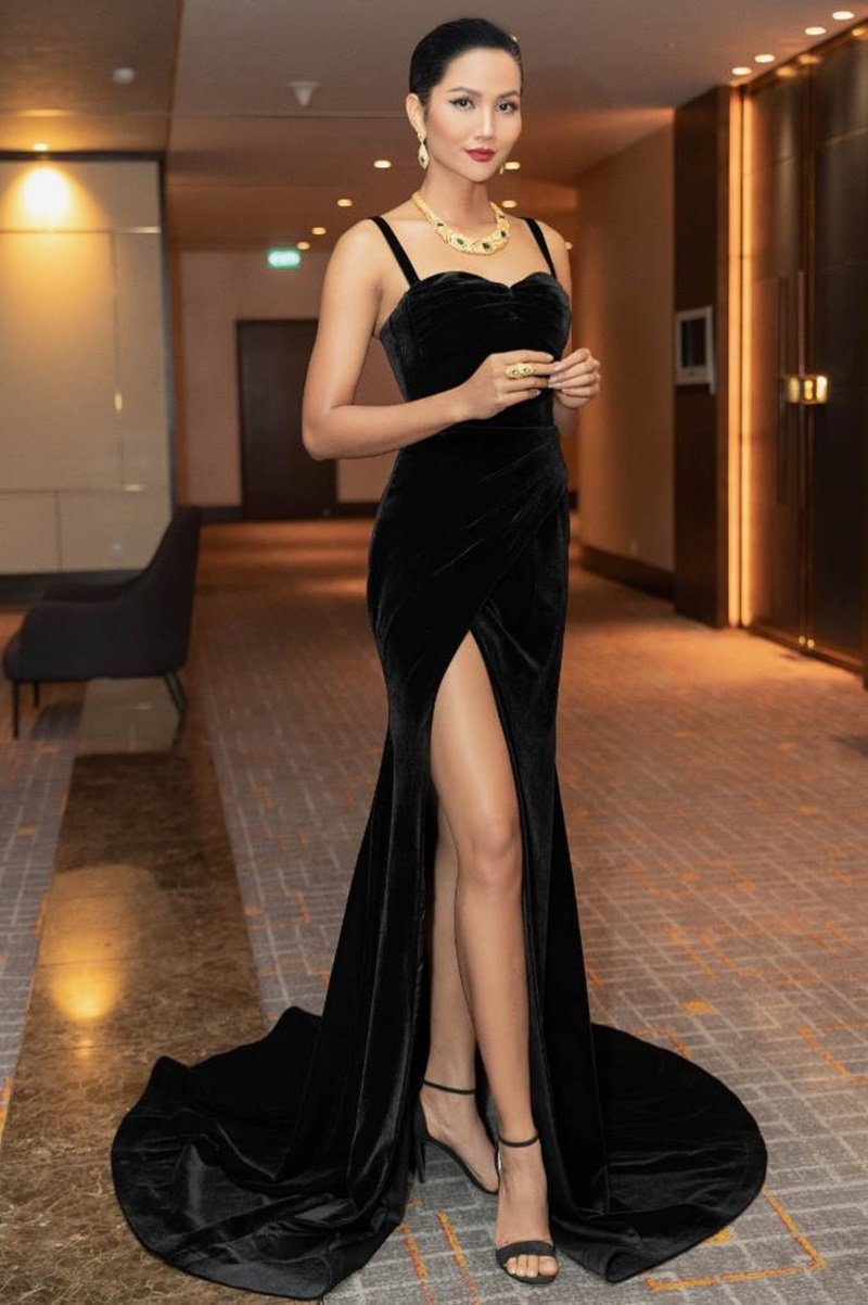 """Top 5 Hoa Hậu Hoàn vũ Thế giới 2018 H'Hen Nie mang đến những chia sẻ truyền cảm hứng về thế hệ phụ nữ tự tin, bản lĩnh tại dạ tiệc """"Glow with the Gold""""."""