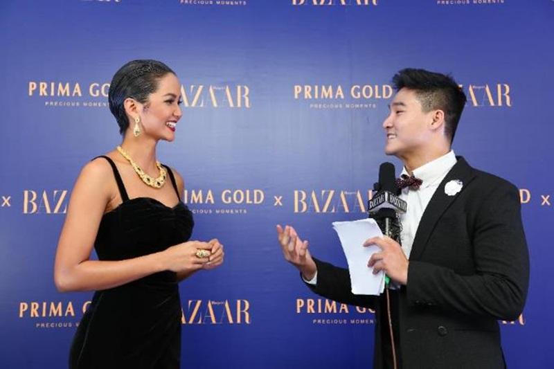 """Hoa Hậu H'Hen Niê cùng màn trả lời phỏng vấn ấn tượng tại dạ tiệc """"Glow with the Gold""""."""