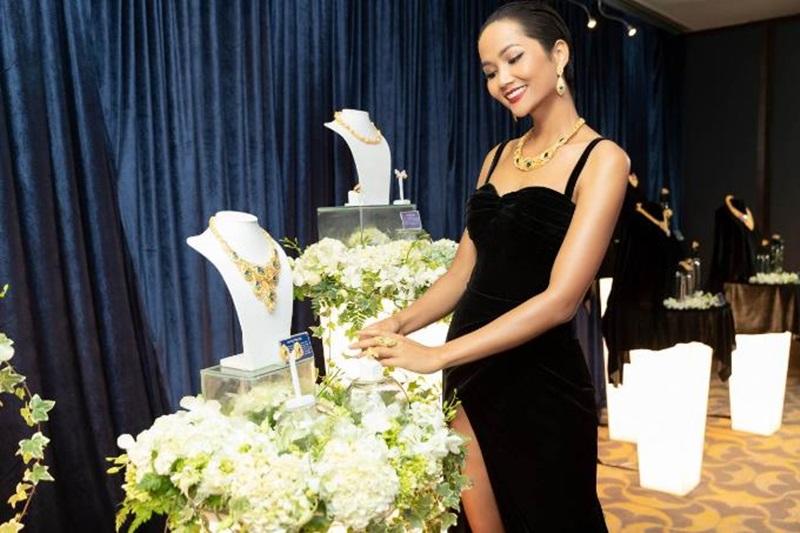 """Top 5 Hoa Hậu H'Hen Niê đầy sang trọng khi diện trang sức Prima Gold tại dạ tiệc """"Glow with the Gold""""."""