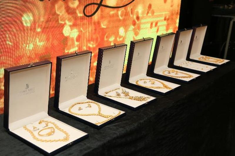 """Những bộ sưu tập trang sức vàng 24K độc đáo tại dạ tiệc """"Glow with the Gold""""."""