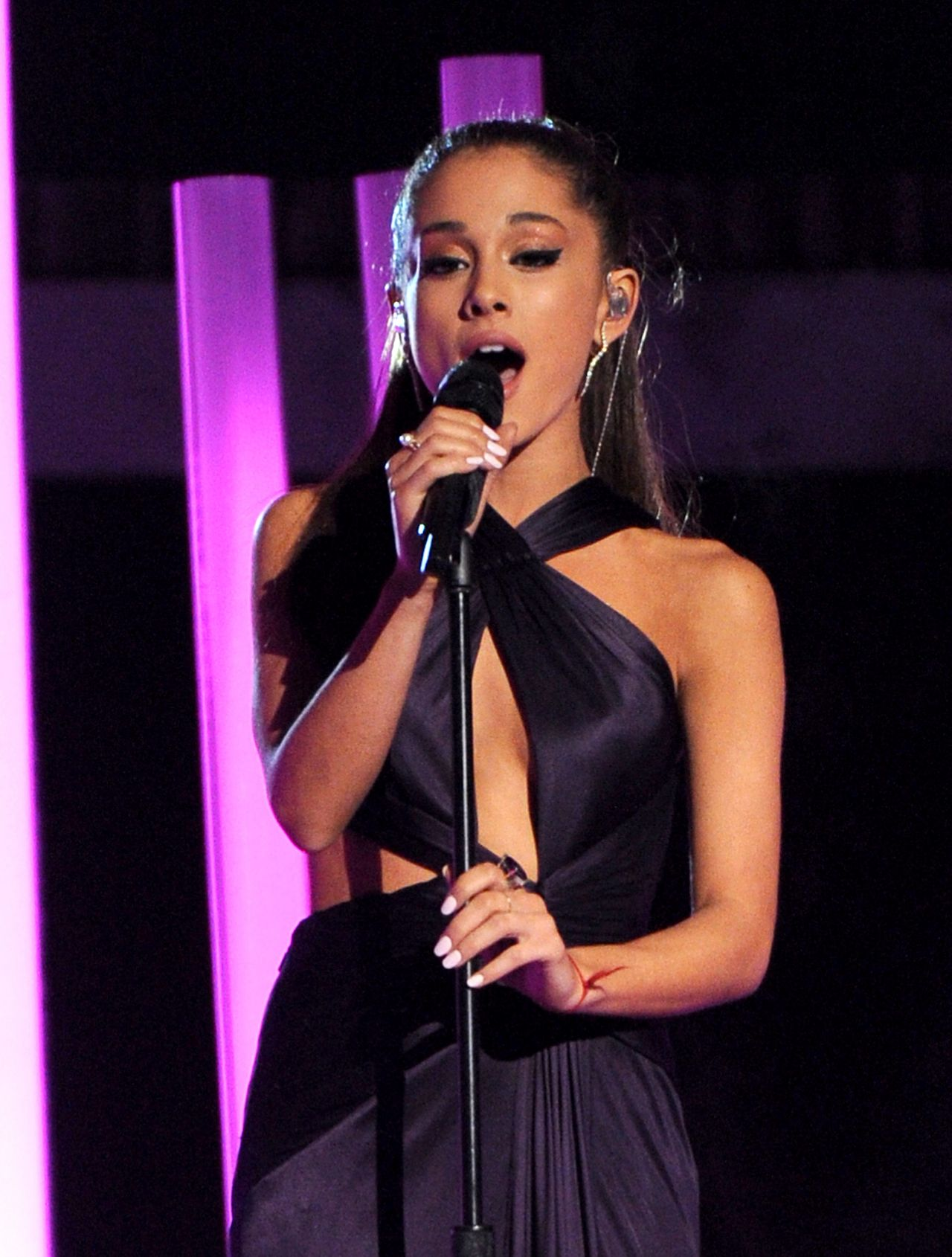 ariana-grande-performs-at-2015-grammy-awards-in-los-angeles_1