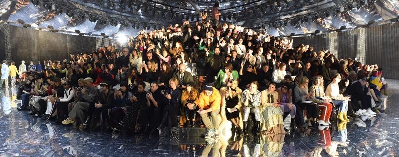 Những vị khách mời ngồi ở chính giữa sân khấu và người mẫu sẽ đi vòng quanh.