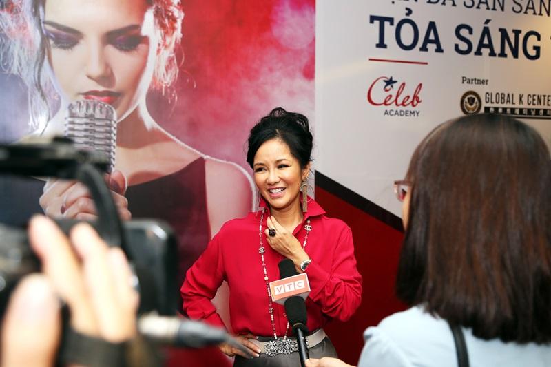 Diva Hồng Nhung chia sẻ cảm nghĩ trước báo giới.