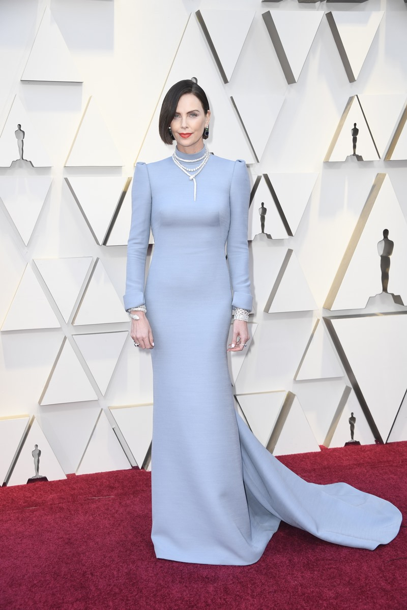 Charlize Theron khác lạ với mái tóc ngắn màu đen khi xuất hiện trên thảm đỏ Oscar 2019.