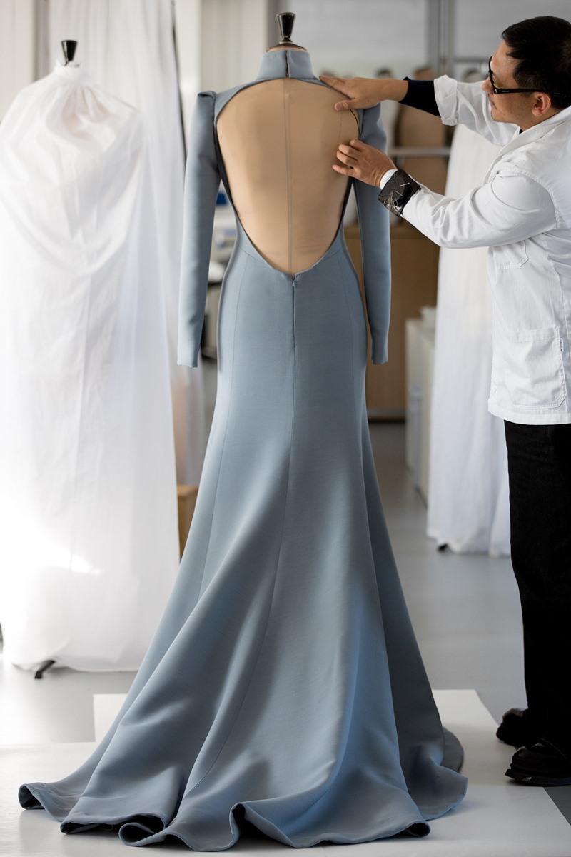 Khoảng lưng trần làm toát lên những đường cong gợi cảm của người phụ nữ đại diện cho chai nước hoa J'adore của Dior.