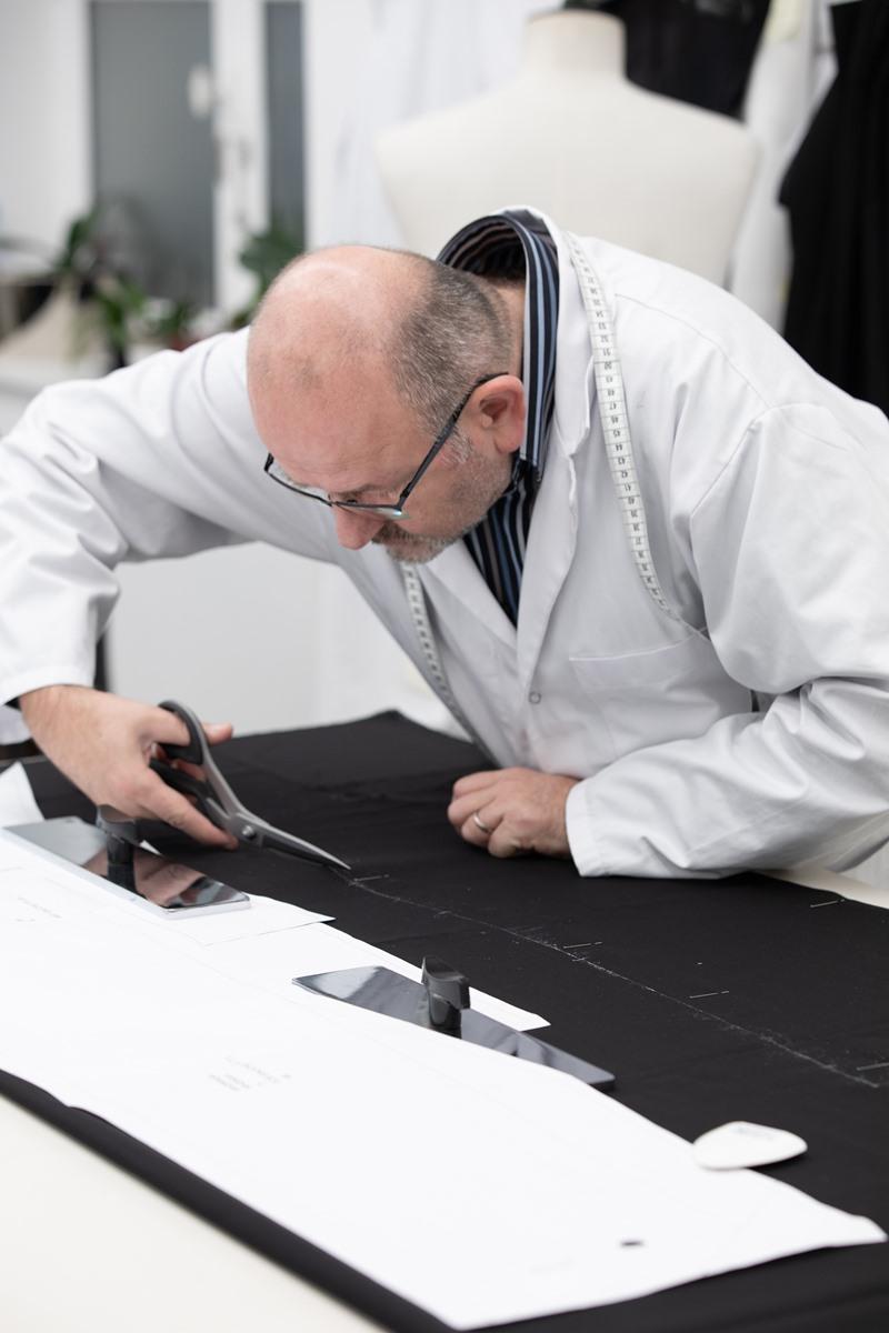 Bộ trang phục của Nicholas Hoult được may theo đúng chuẩn mực may đo cao cấp trên chất liệu cao cấp bởi những người đôi bàn tay khéo léo nhất Paris.