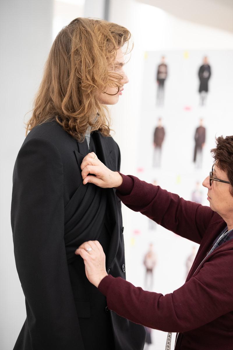 Bộ trang phục này được làm theo thiết kế nguyên bản từ BST Thu Đông 2019 của Dior Men trình làng hồi tháng 1 vừa qua.