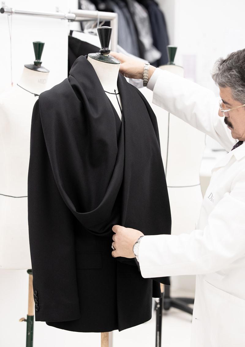 Bộ tuxedo của Nicholas Hoult được may theo số đo riêng của anh được điều chỉnh phần đuôi áo ngắn lại.