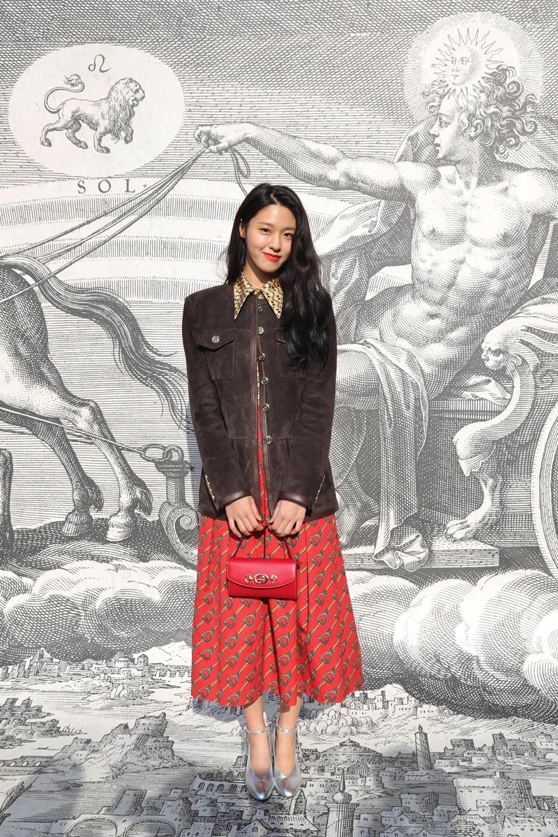 """""""Tình đầu quốc dân"""" Kim Seol-hyun e ấp đầy nữ tính trong thiết kế nhuốm màu vintage của Gucci."""