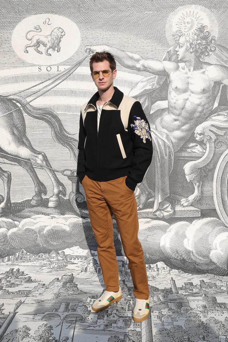 Andrew Garfield mặc trang phục khá đơn giản, thể hiện vẻ đẹp nam tính với dấu ấn retro.