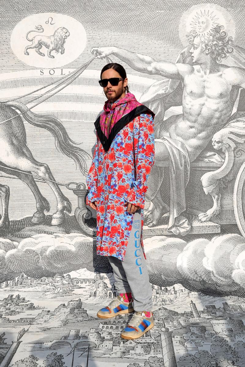 Jared Leto mặc áo tunic cùng quần sweatpants và mang giày Gucci tại show Thu Đông 2019 vừa qua.