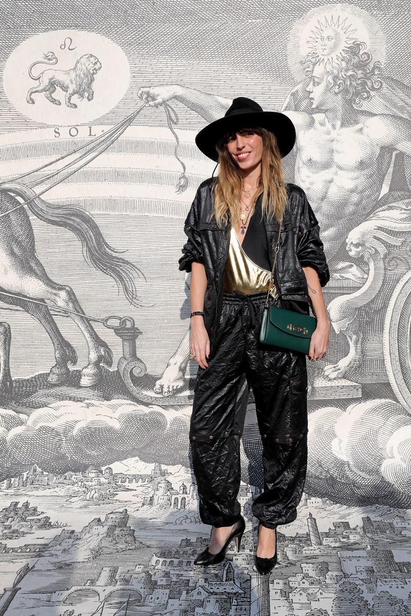 Nữ ca sĩ Lou Doillon - con gái của huyền thoại Jane Birkin - với bộ trang phục thể hiện hoàn hảo phong cách thời trang quen thuộc làm nên thương hiệu của cô.