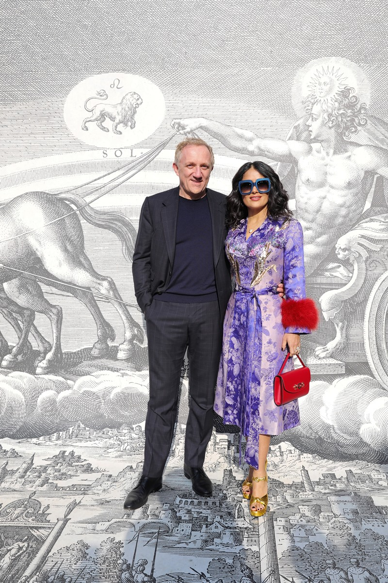 Cô chụp hình cùng chồng mình là doanh nhân Francois Henri Pinault, chủ tịch tập đoàn Kering sở hữu thương hiệu Gucci.