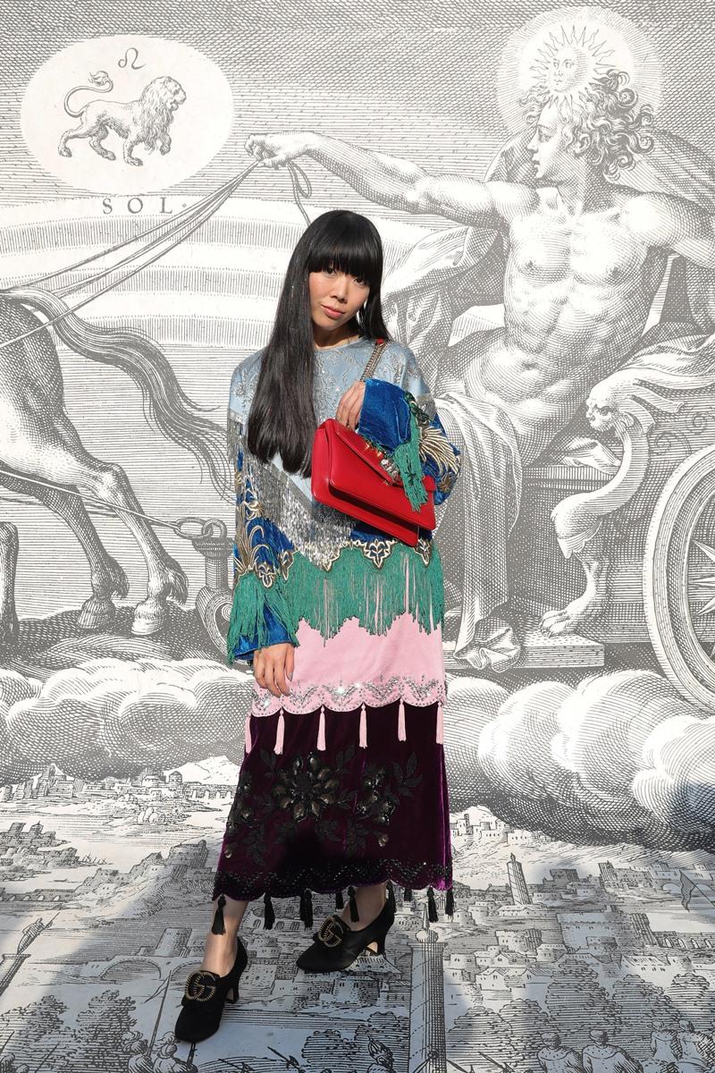 "Blogger Susie Bubble với phong cách ""tắc kè hoa"" quen thuộc."