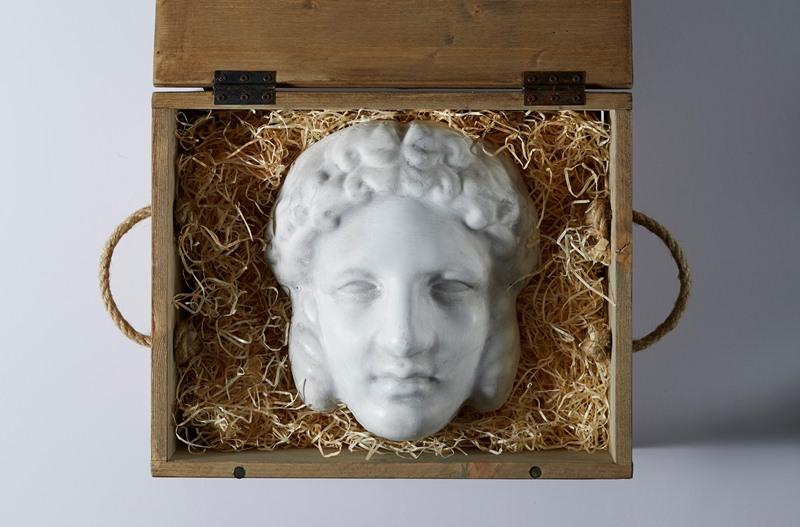 Mở ra là chiếc mặt nạ mô phỏng bức tượng Hermaphroditus, biểu tượng của sự song tính.