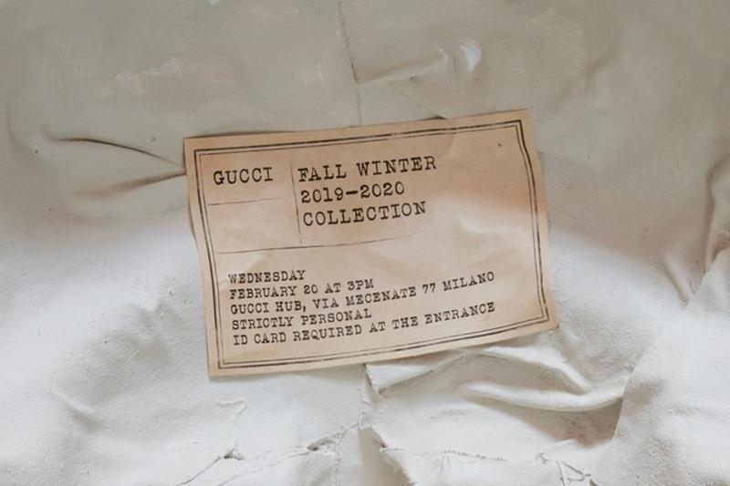 Phía sau chiếc mặt nạ có gắn một miếng giấy nhỏ ghi ngày giờ, địa điểm tổ chức show diễn Thu Đông 2019 của Gucci.