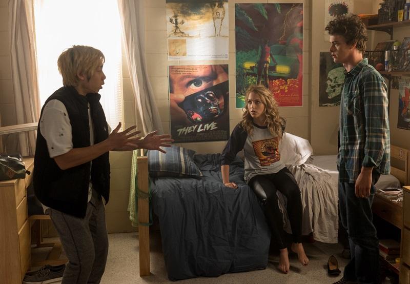 Ryan (Phi Vu thủ vai) thao thao bất tuyệt kể lại cho Tree (Jessica Rothe thủ vai) về những trải nghiệm kinh hoàng mà cậu đang gặp phải.