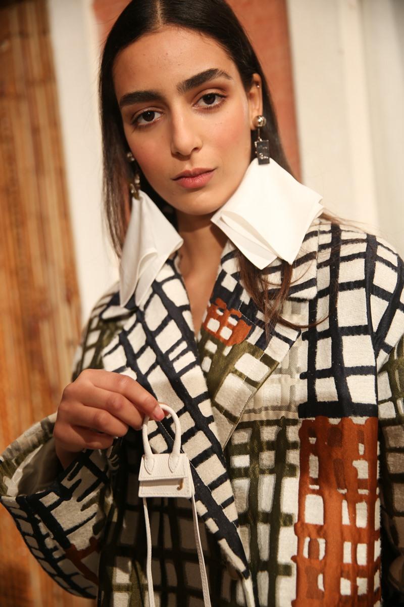 Người mẫu và chiếc túi xách nhỏ nhất thế giới của Jacquemus trong BST Thu Đông 2019.