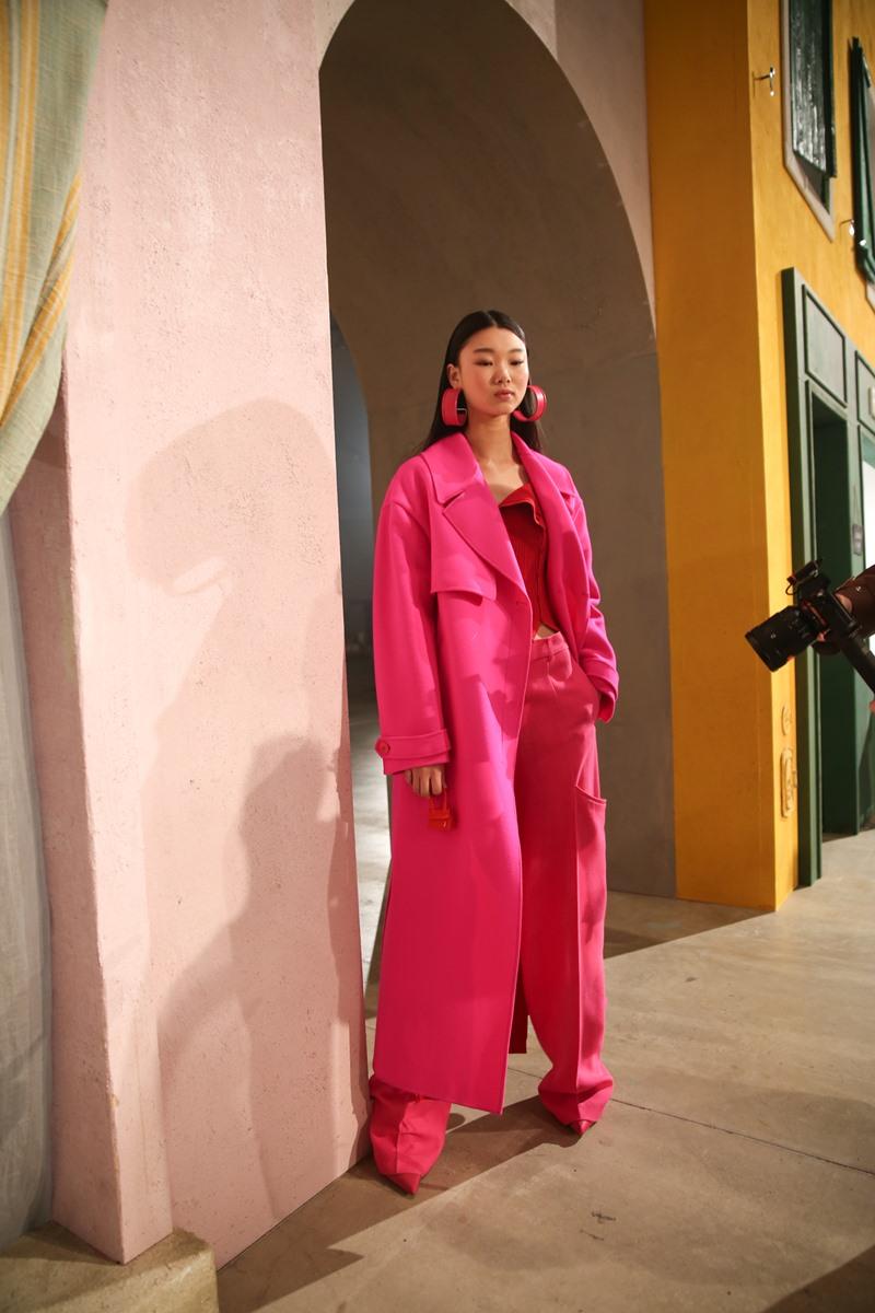 """Một phiên bản Le Chiquito siêu nhỏ với tông màu hồng cực """"hot"""" như chìm vào chiếc áo khoác có màu sắc đồng điệu."""