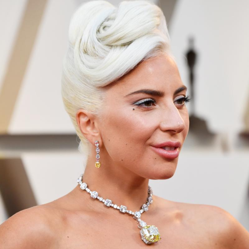 Son hồng nude không đối lập với màu mắt xám xanh lạ mắt nhưng vẫn đủ tươi tắn để diện mạo của ca sĩ Lady Gaga thêm phần hài hòa.