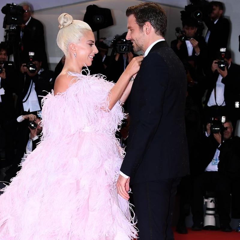 """""""Shallow"""" mang đến cho Gaga tượng vàng Oscar đầu tiên trong sự nghiệp, cũng là ca khúc thắng nhiều giải thưởng nhất mọi thời đại. Và cũng chỉ khi trình diễn bài hát đó, những cử chỉ thân mật mà Gaga và Bradley Cooper dành cho nhau những mới được khán giả chấp nhận. Bởi sau khi tiếng nhạc vừa dứt, cả hai buộc phải quay về đời thực, Gaga vá víu vết thương lòng sau cuộc tình tan vỡ với Christian, Bradley còn một người phụ nữ luôn lặng lẽ cạnh anh và một đứa con để chăm sóc."""