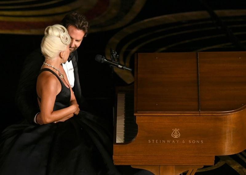 """Khi nhắc về bạn diễn, Bradley cũng không gọi giọng ca """"Bad Romance"""" bằng cái tên Lady Gaga quen thuộc với triệu người mà với tên thật: """"Tôi muốn có một khía cạnh sâu sắc hơn cho bộ phim, và Stefani đã cho tôi điều đó. Ngoài ra, không có nữ diễn viên nào có thể tạo ra màu sắc âm nhạc mà tôi cần như những gì Stefani đã làm trong 42 ngày quay phim: Tôi cần nguồn cảm hứng cho bộ phim, và trong 'A Star Is Born' thì đó chính là giọng hát của Stefani""""."""