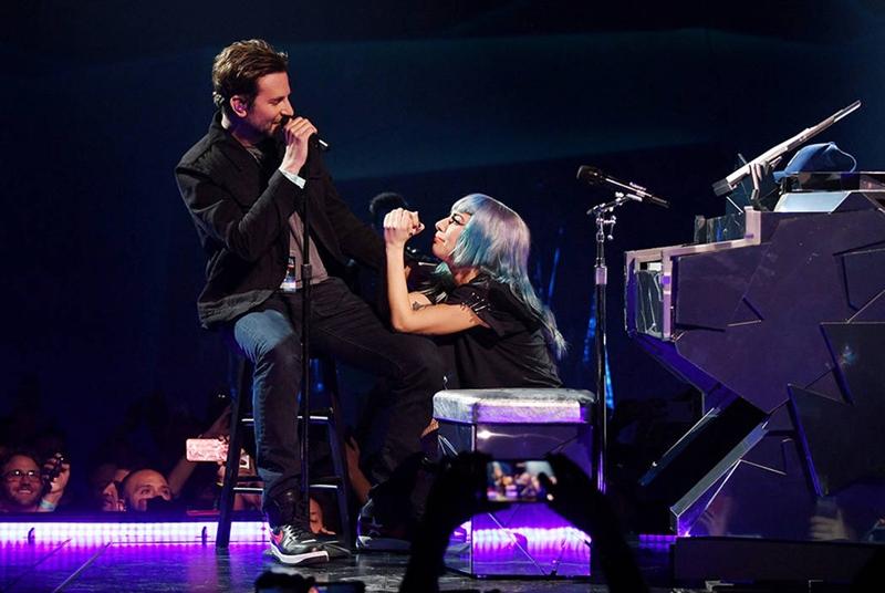 Và cả cái cách Bradley tạo bất ngờ cho Lady Gaga như bí mật xuất hiện trong một buổi biểu diễn của cô, còn Gaga đeo tai nghe cho Bradley và ngồi thụp xuống say sưa nhìn anh hát hệt như những đôi tình nhân.