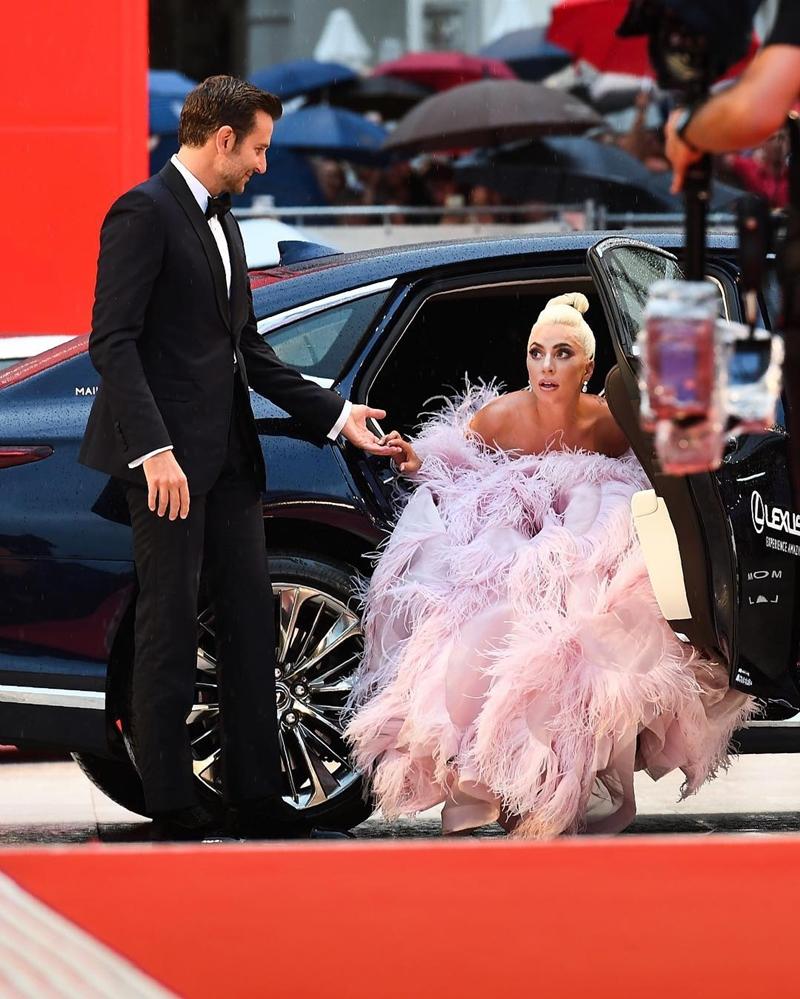"""Còn với Bradley sự gắn kết giữa anh và Lady Gaga chỉ giản đơn: """"Tôi là một người Ý, và cô ấy cũng thế. Chúng tôi liền cảm thấy thoải mái khi ở cùng với nhau""""."""