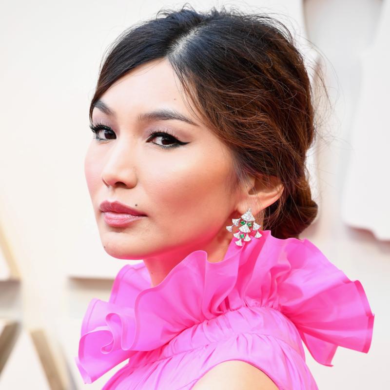 Dù màu mắt trung tính và màu môi nhẹ nhàng, gương mặt Gemma Chan vẫn sắc sảo nhờ đuôi mắt mèo cong vút.