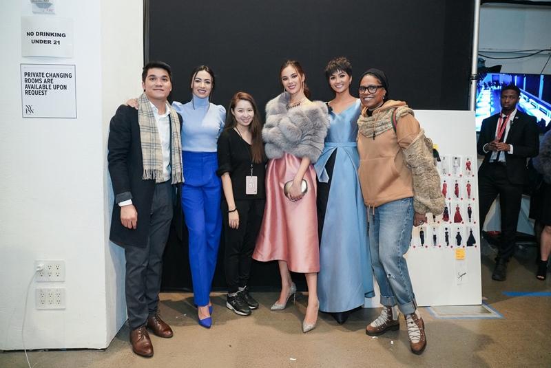 NTK Phương My (thứ 3 từ trái sang) cùng dàn khách mời, gồm Hoa hậu H'Hen Niê và Hoa hậu Hoàn vũ 2018 Catriona Gray.