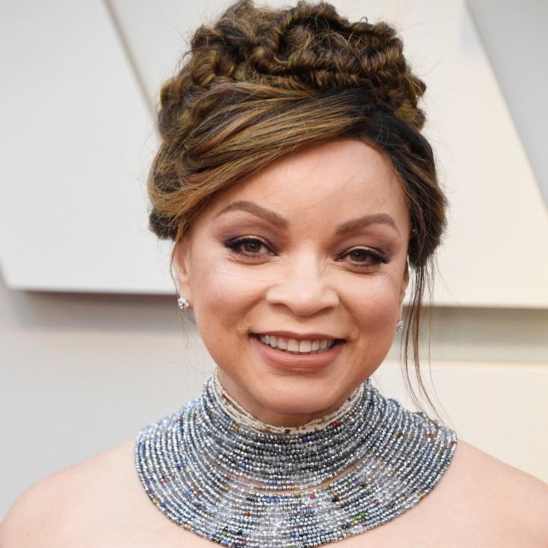 Kiểu tóc búi cao cùng vài lọn tóc xõa mềm hai bên khiến diện mạo của ngôi sao người Mỹ gốc Phi Ruth E. Carter trở nên dịu dàng hơn. Cô không nhấn nhá thêm phụ kiện bởi phần tóc tết đã đủ lộng lẫy và đẹp mắt.