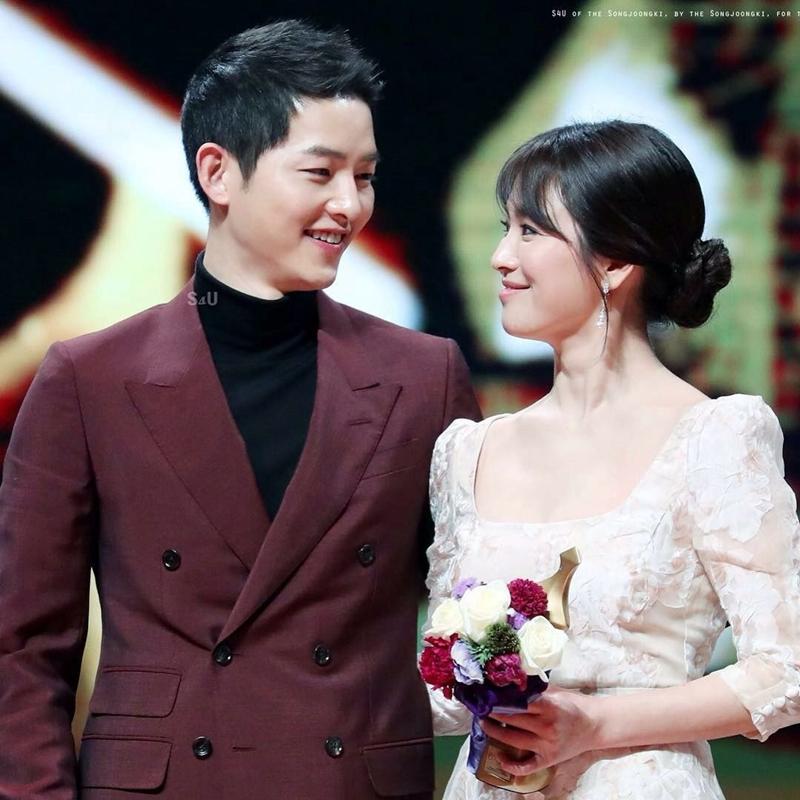 """Vẫn còn nhớ khoảnh khắc cả hai đứng cùng nhau trên sân khấu """"Drama Awards 2016"""" nhận giải """"Best Couple"""" của Châu Á, Song Joong Ki đã ngập ngừng bày tỏ lời cám ơn với Song Hye Kyo: """"Tôi đã khóc rất nhiều trong suốt quá trình quay phim bất cứ khi nào tôi căng thẳng, vì vậy mà biệt danh của tối là 'khóc lóc'. Tôi dành tất cả giá trị và danh dự của giải thưởng này cho bạn diễn của mình – Hye Kyo. Cô gái tuyệt vời và đáng yêu nhất. Cám ơn chị, Hye Kyo."""""""