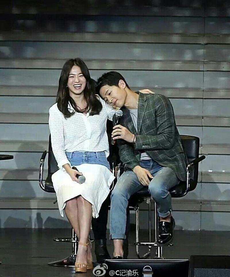 """Trong một cuộc phỏng vấn, nam diễn viên điển trai từng chia sẻ về người yêu trong mơ như thế này: """"Cái quan trọng nhất là một cô gái ngoan ngoãn, tốt bụng. Tóc dài, hơn tuổi, thuần khiết, nhỏ nhắn, xinh đẹp ngay cả khi ăn uống"""". Chỉ cần nghe đến đây thì ai cũng đoán ra rằng Joong Ki đang nói về Song Hye Kyo."""