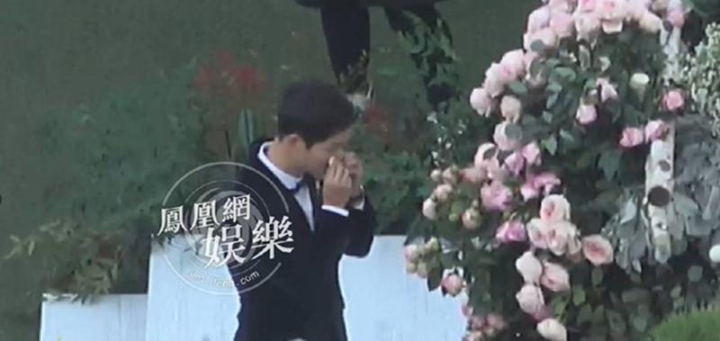 """Điều đáng ngạc nhiên nhất, không phải cô dâu rơi lệ mà là chú rể sụt sùi khóc. Hình ảnh này trông có vẻ hơi buồn cười nhưng đó chẳng phải là mong ước của nhiều cô gái, bởi nó khiến người ta cảm giác, Joong Ki đang hạnh phúc: """"Anh thấy bản thân mình may mắn vì lấy được em làm vợ"""""""