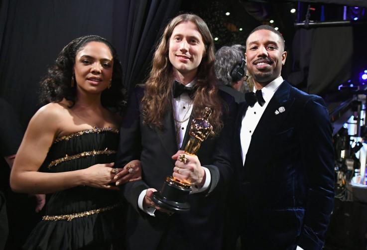 """Trong hậu trường, Tessa Thompson và Michael B. Jordan chụp hình cùng người thắng giải """"Best Original Score"""" Ludwig Goransson cho những đoạn nhạc phim anh thực hiện trong bom tấn """"Black Panther""""."""