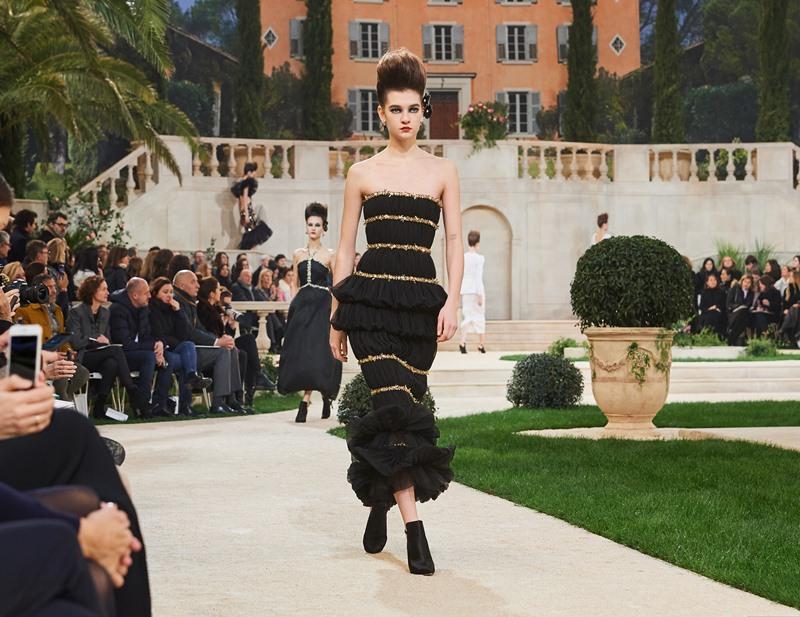 Đây là thiết kế số 44 từ BST Haute Couture Xuân Hè 2019. Những nghệ nhân thủ công của Chanel đã dành ra 225 giờ đồng hồ để hoàn thiện thiết kế này, với 51.500 chi tiết thêu đính vô cùng kỳ công.