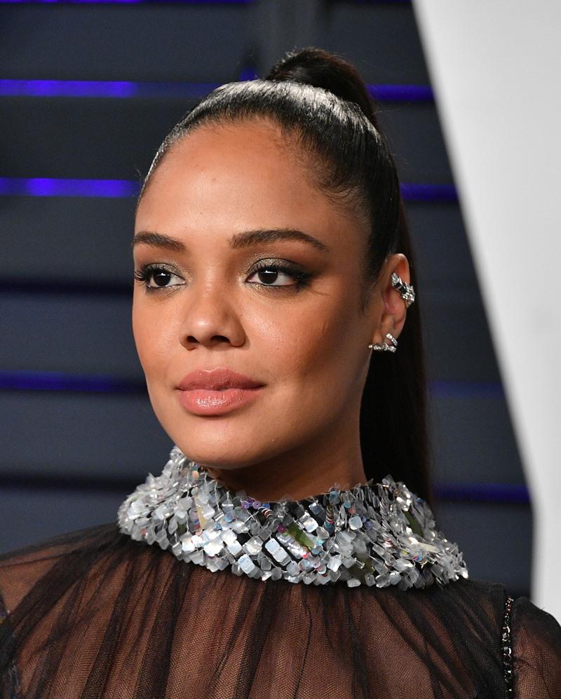 Cô lựa chọn trang sức là khuyên tai Ruban và Cométe bằng vàng trắng 18K và kim cương.