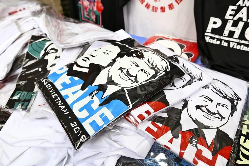 Áo in hình ông Donald Trump và Kim Jong-un thu hút khách du lịch