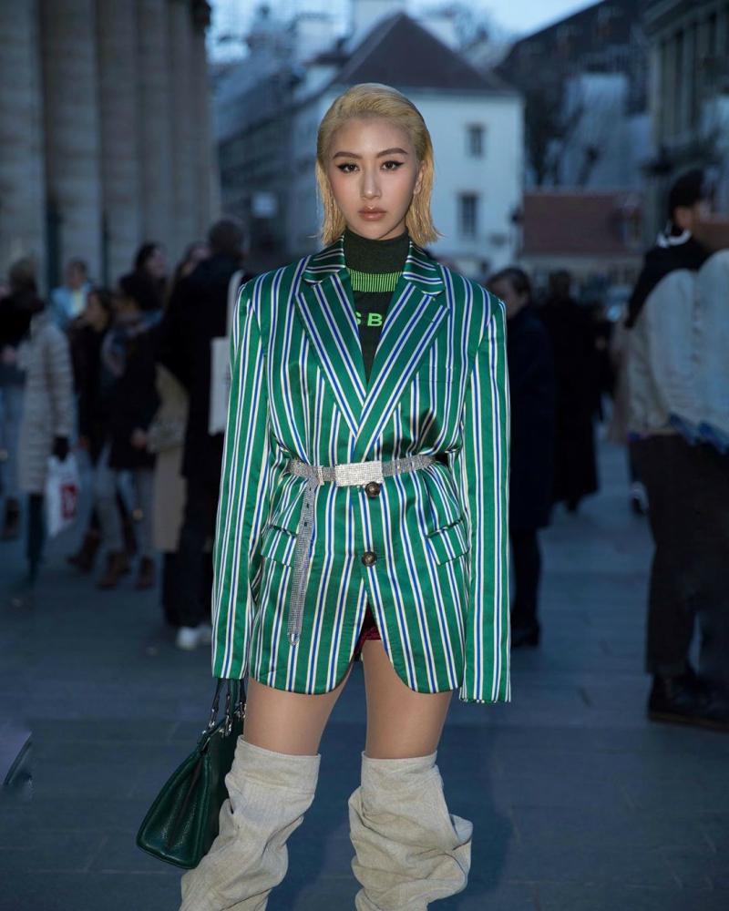 Ngày thứ 4 tham dự Paris Fashion Week, cô nàng diện oversized blazer phối cùng bốt thụng cao cổ