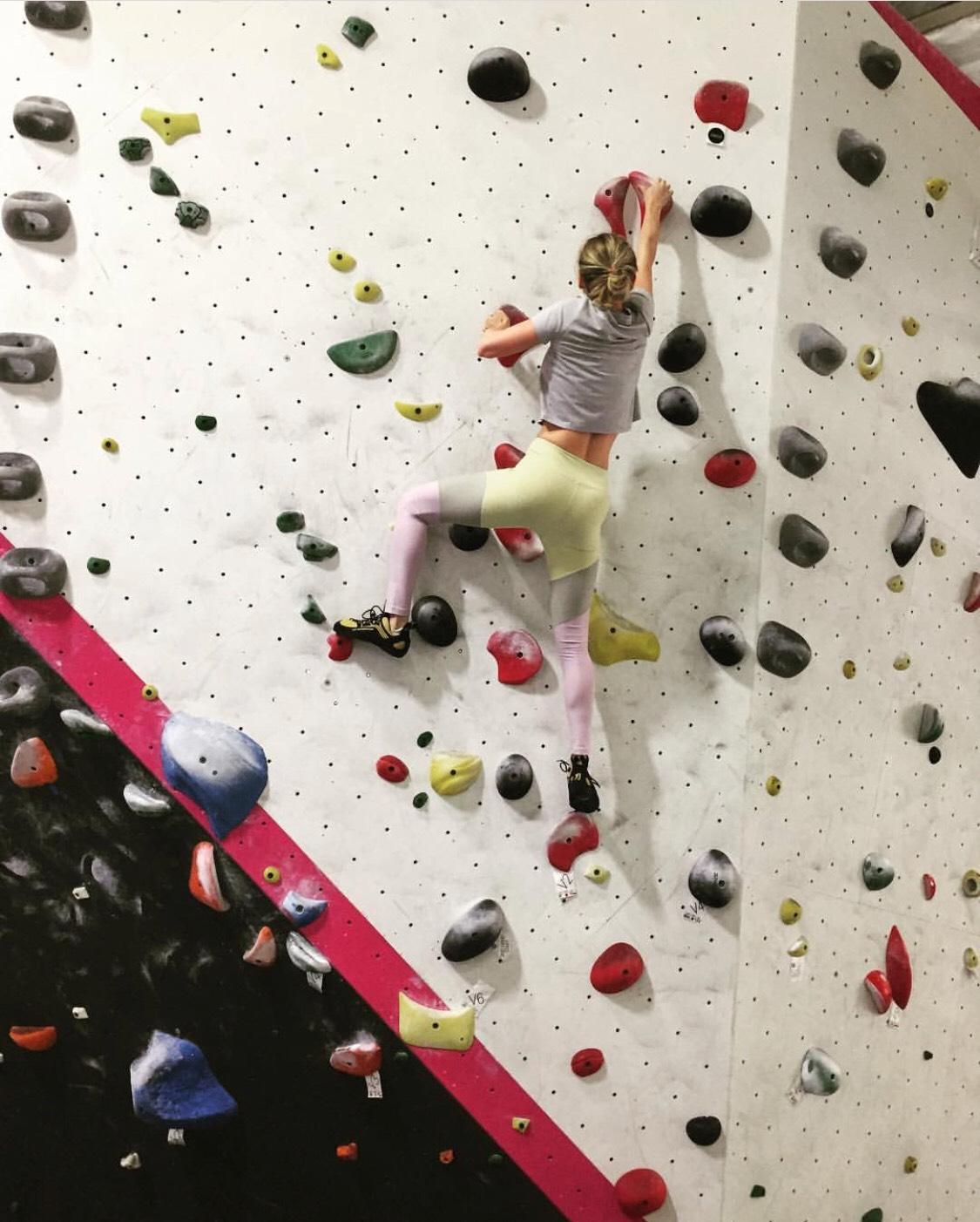 """Ngoài các bài tập được thiết kế riêng cho """"Captain Marvel"""", Brie còn tham gia các môn thể thao khác như leo núi trong nhà, boxing, judo..."""