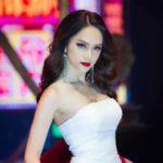 """Sau MV """"triệu view"""", Hương Giang tiếp tục làm vedette trên sàn diễn thời trang"""