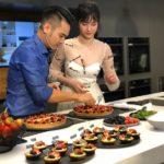 Đông Nhi trổ tài làm bánh cùng đầu bếp Sỹ Toàn