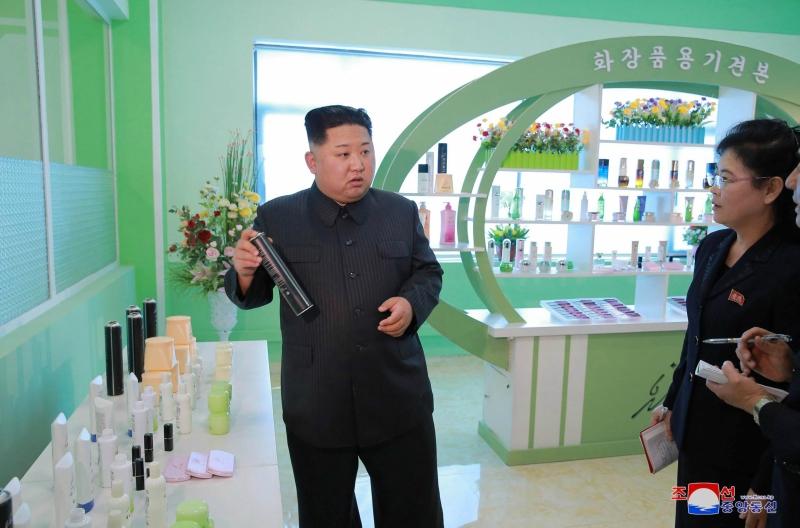 Lãnh đạo Kim Jong-un trong một lần đi thăm nhà máy Pyongyang vào năm 2017