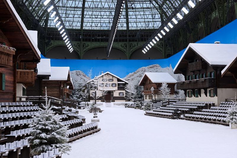 Không gian show diễn Thu Đông 2019 của Chanel tái hiện lại khung cảnh một ngôi làng chìm trong tuyết.