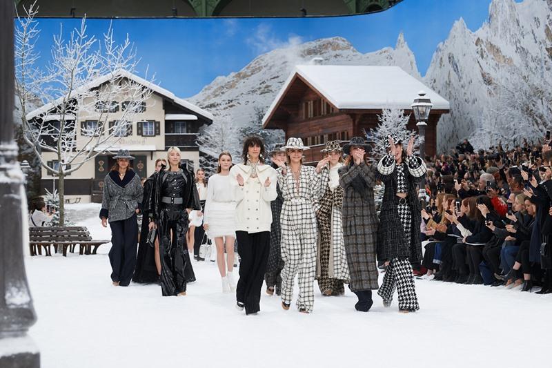 Người mẫu sải bước giữa không gian tĩnh mặc của mùa đông trong các thiết kế mang đầy đủ những biểu tượng kinh điển của Chanel.