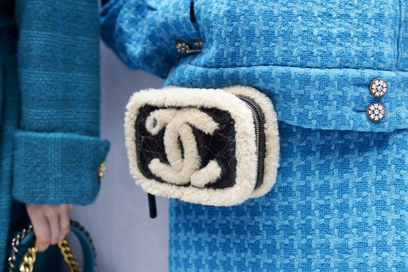 Chiếc túi belt với đường viền lông sherling gợi dấu ấn ấm áp khi mùa đông về.