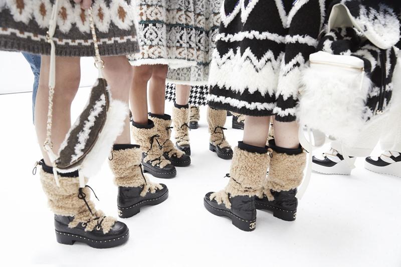 Và giữ ấm cho đôi chân là những đôi boots da viền lông shearling đặc biệt.