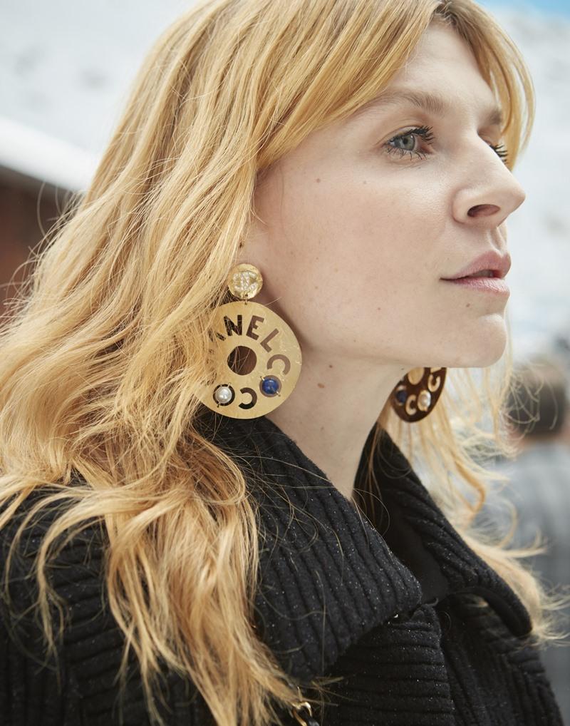 Nữ diễn viên người Pháp Clemence Poesy nổi bật với mái tóc vàng óng ánh.