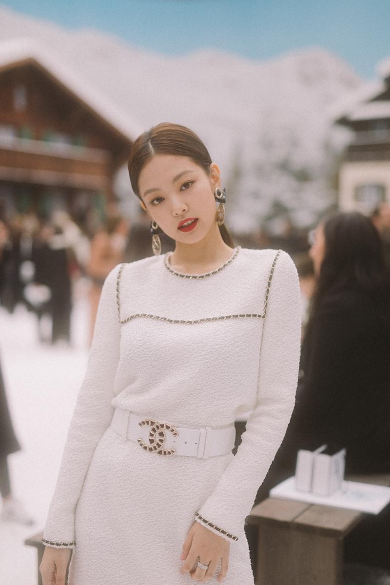 Cô nàng xuất hiện xinh xắn và tinh khiết như một bông tuyết trắng.
